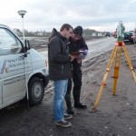 Hauseinmessung: Bauleiter und Vermesser beraten sich über die Höhen