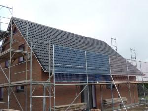 2012-07-30 Dach fertig eingedeckt - leider noch mit einigen Mängeln und Macken
