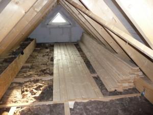 2012-08-21 Dachbodenbretter hochschleppen