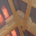 Neue merkwürdige Holzklötze Nr. 1 oben am First im Spitzboden