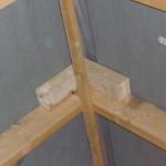 Neue merkwürdige Holzklötze Nr. 2 oben am First im Spitzboden