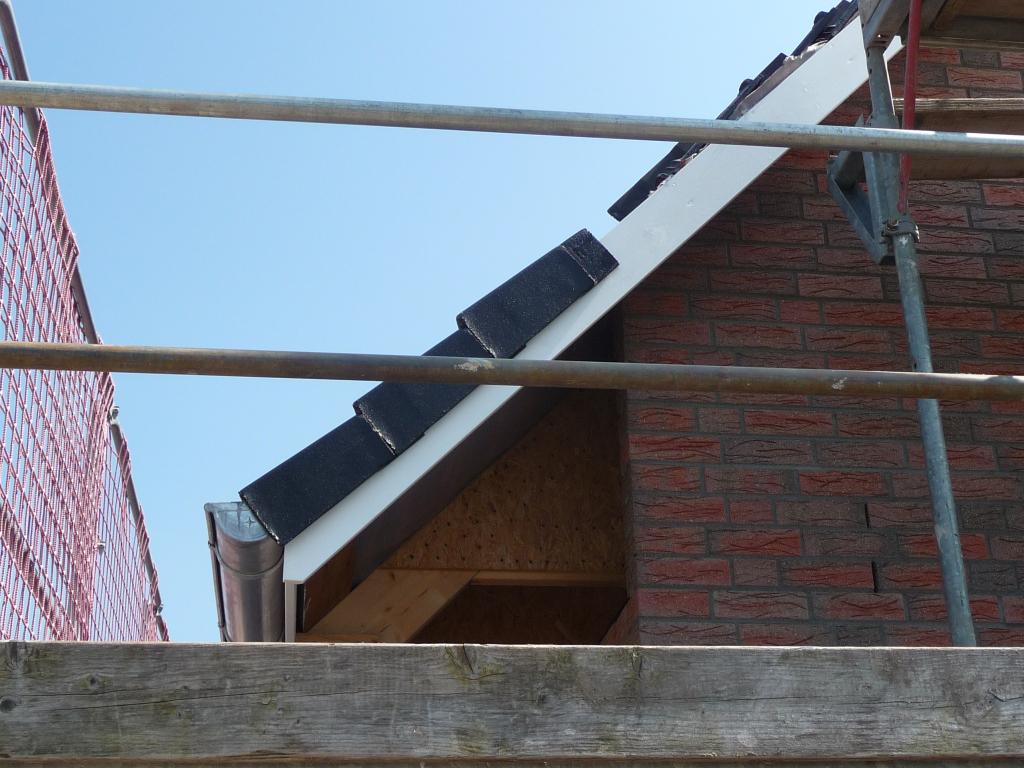 Erste Endpfannen auf der Norddachfläche an der Westseite
