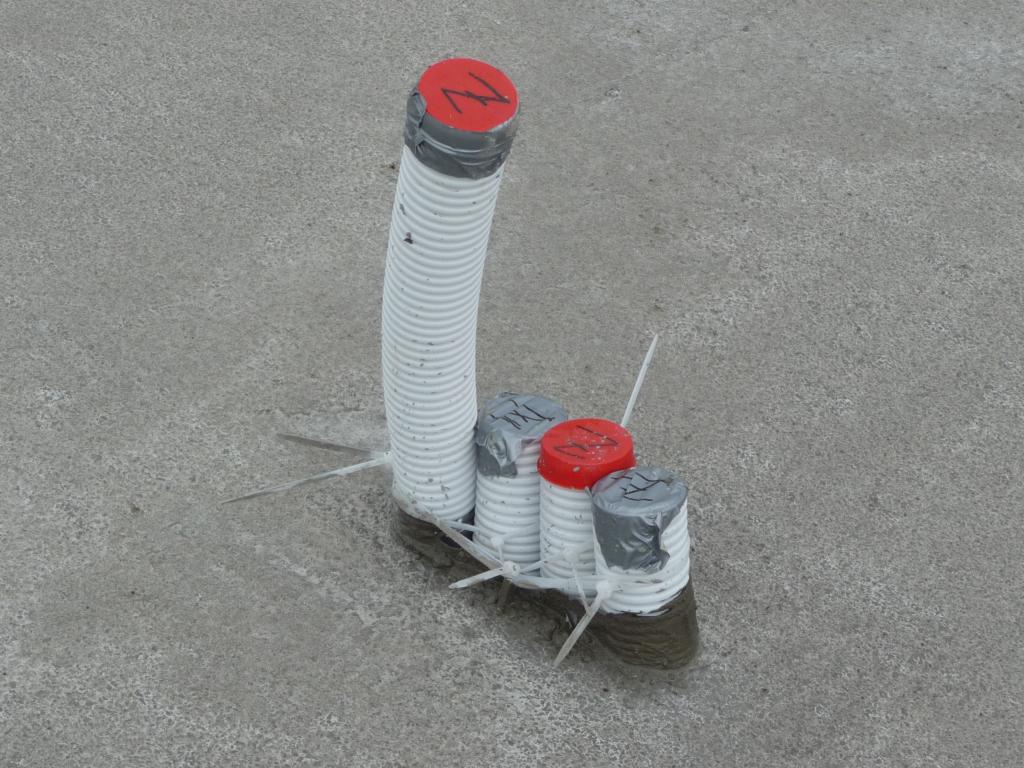 Hier ist nur das linke Lüftungsrohre fachgerecht mit 90°-Winkeln verbaut, der Rest mit Kabelbindern hingebogen