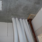 Die Lüftungsrohre der Heliosanlage im Bauschaum