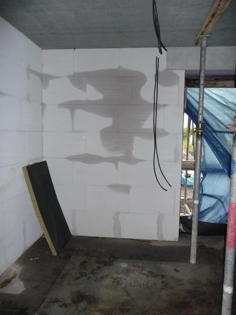 Drinnen ist das Mauerwerk noch immer feucht
