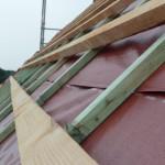 Holzkonstruktion für die Dachpfannen auf der Delta-Folie