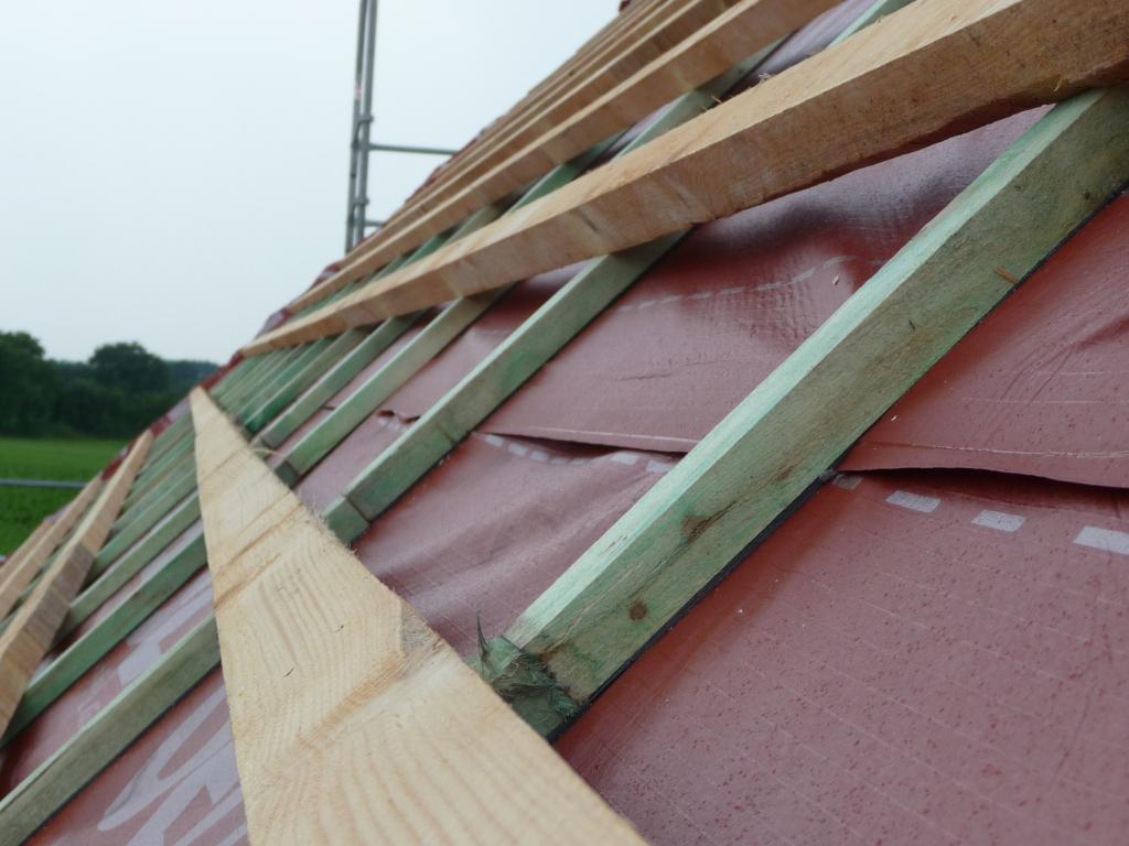 holzkonstruktion f r die dachpfannen auf der delta folie. Black Bedroom Furniture Sets. Home Design Ideas