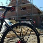Mit dem Fahrrad am Haus, Ostseite ist fertig verklinkert
