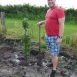 Fertig - ein Baum gepflanzt