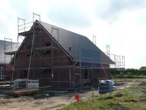 Das Dach ist fertig und hat nun auch die Firstpfannen