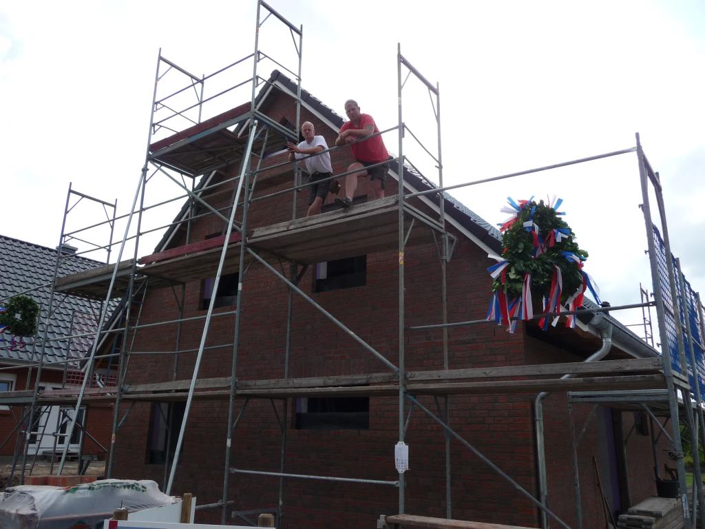 Dachdecker und Zimmermann beim Richtspruch