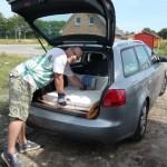 Den schwer beladenen Audi ausladen: 8 Porenbeton-Steine, 40kg Fertigzement und 25kg Fliesenkleber
