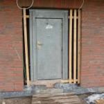 Die Bautür wurde etwas nach außen versetzt, damit die Fußbodenheizung bis zur Tür verlegt werden kann