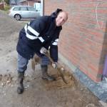 Erster Spatensicht am Samstag, wo das Leerrohr unter dem Fundament erwartet wird