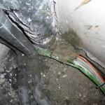 Von drinnen hat Maike das Loch mit einen Betonmix gefüllt und mit einer dicken Ladung Fliesenkleber versiegelt