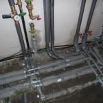 Die Kabel sind im Innenraum super unter bzw. hinter den Rohren verlegt