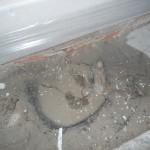 Dieses Abflussrohr soll mit wasserfestem Beton verschlossen und mit Bitumen abgedichtet werden