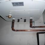Der Wasserbehälter hängt und ist - bis auf das Brauchwasser - auch schon angeschlossen