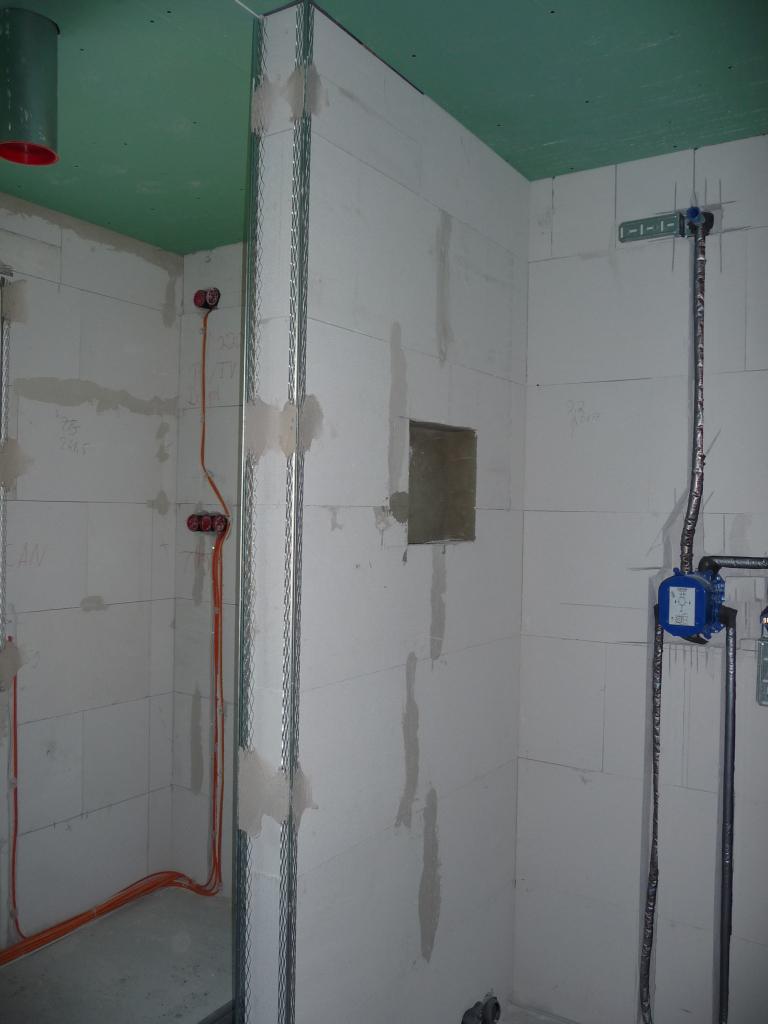 Duschmauer im OG mit Metallleisten