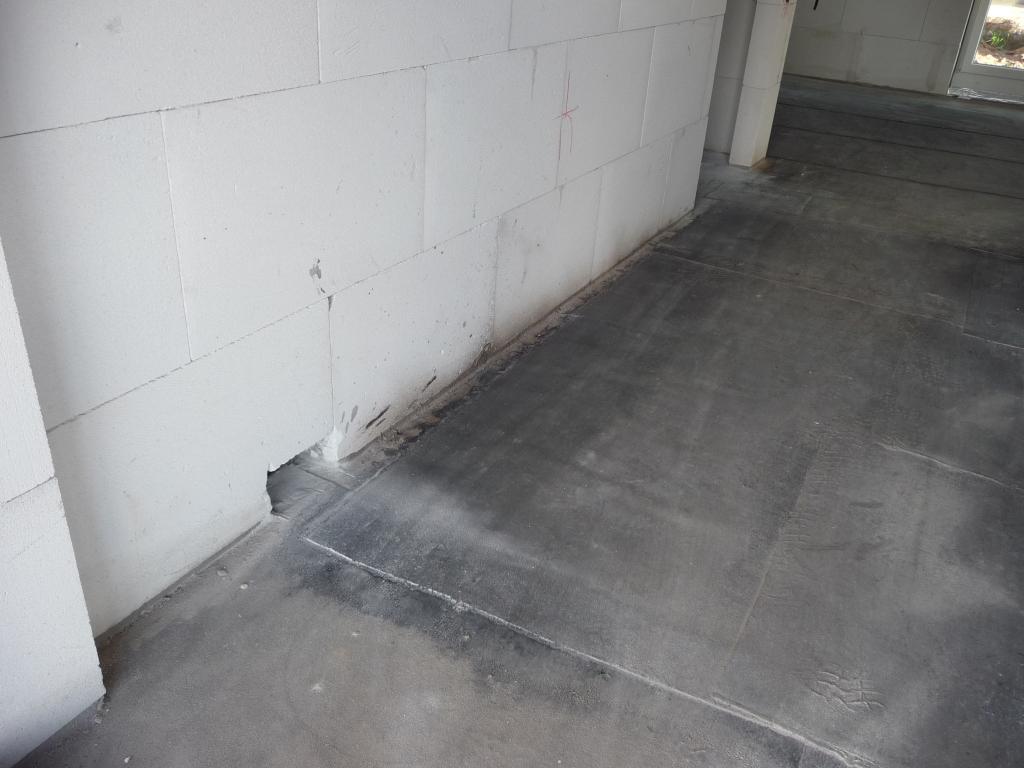 Löcher für die Fußbodenheizung im Flur