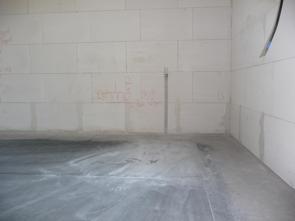 Außenwasserhahnvorbereitung Südseite (innen im Wohnzimmer)