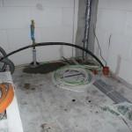 Befestigter Wasseranschluss und Hauptstromzuleitung