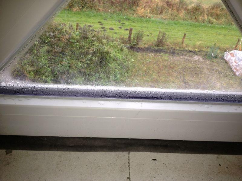 Die Dreieckslichtschlitze auf dem Dachboden haben Feuchte (29.10.2012)