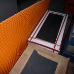 Anthrazite Fliesen fürs EG und für die Treppe und die orange Matte für das Treppenpodest, damit die Spannungsfuge nicht eingehalten werden muss