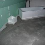 Der gepunktete Estrich im Bad bei Wäscheschacht und Badewanne