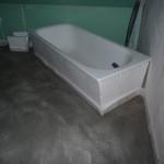 Die eingegossene Badewanne im OG