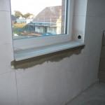 Die Fensterbank, die ja nett verspachtelt ist, aber wieder raus soll, da sollen Fliesen rauf