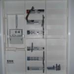 Der Stromkasten ist fast fertig befüllt,die fehlenden Kabel gucken noch raus