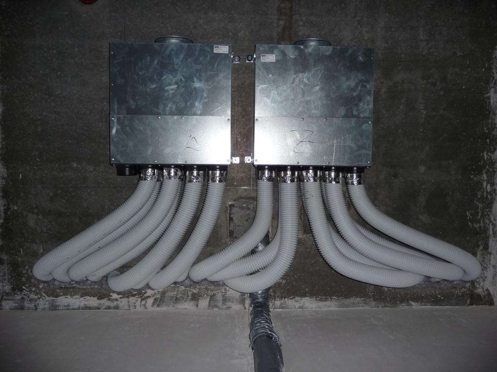 Die Helios-Rohre wurden an die Verteilerkästen angeschlossen (Blick von unten an die Decke)
