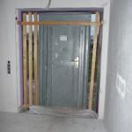 Diese Bautür sollte längst von innen abgedichtet sein - mal wieder nix passiert