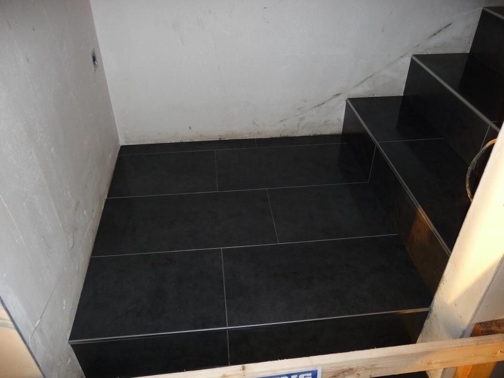 die treppe wurde komplett fertig gefliest jetzt wird gebaut bautagebuch. Black Bedroom Furniture Sets. Home Design Ideas