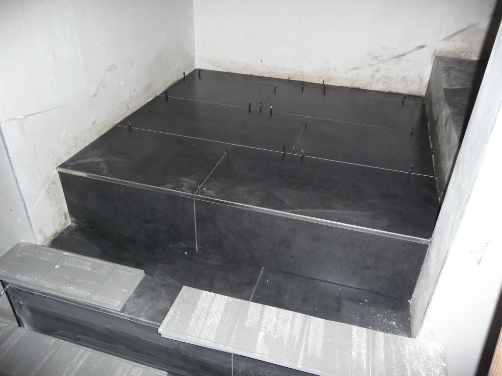 fliesenleger arbeiten und die treppe wird gefliest jetzt wird gebaut bautagebuch. Black Bedroom Furniture Sets. Home Design Ideas