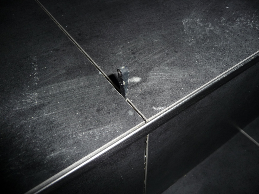 eine edelstahlschiene sitzt am ende jeder fliesenkante jetzt wird gebaut bautagebuch. Black Bedroom Furniture Sets. Home Design Ideas