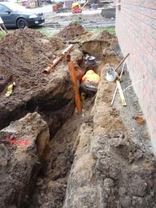 Im Graben werden die Rohre zusammengesteckt