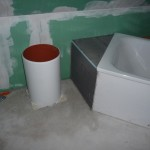 """Vorbereitete """"Abmauerung"""" an der Badewanne - nicht die eigentliche Planung"""
