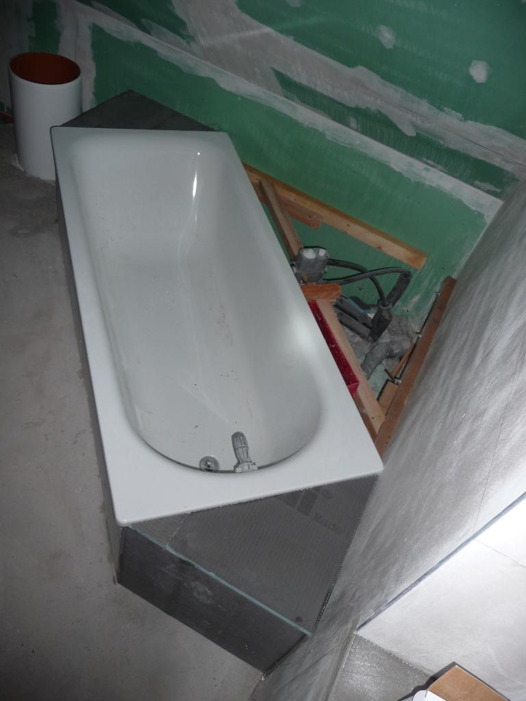 vorbereitete abmauerung an der badewanne die ecke fehlt noch jetzt wird gebaut bautagebuch. Black Bedroom Furniture Sets. Home Design Ideas