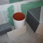 """Vorbereitete """"Abmauerung"""" an der Badewanne - hier soll das Rohr vom Wäscheschacht noch mit eingefliest werden"""