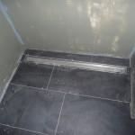 Boden der Gäste-Dusche gefliest
