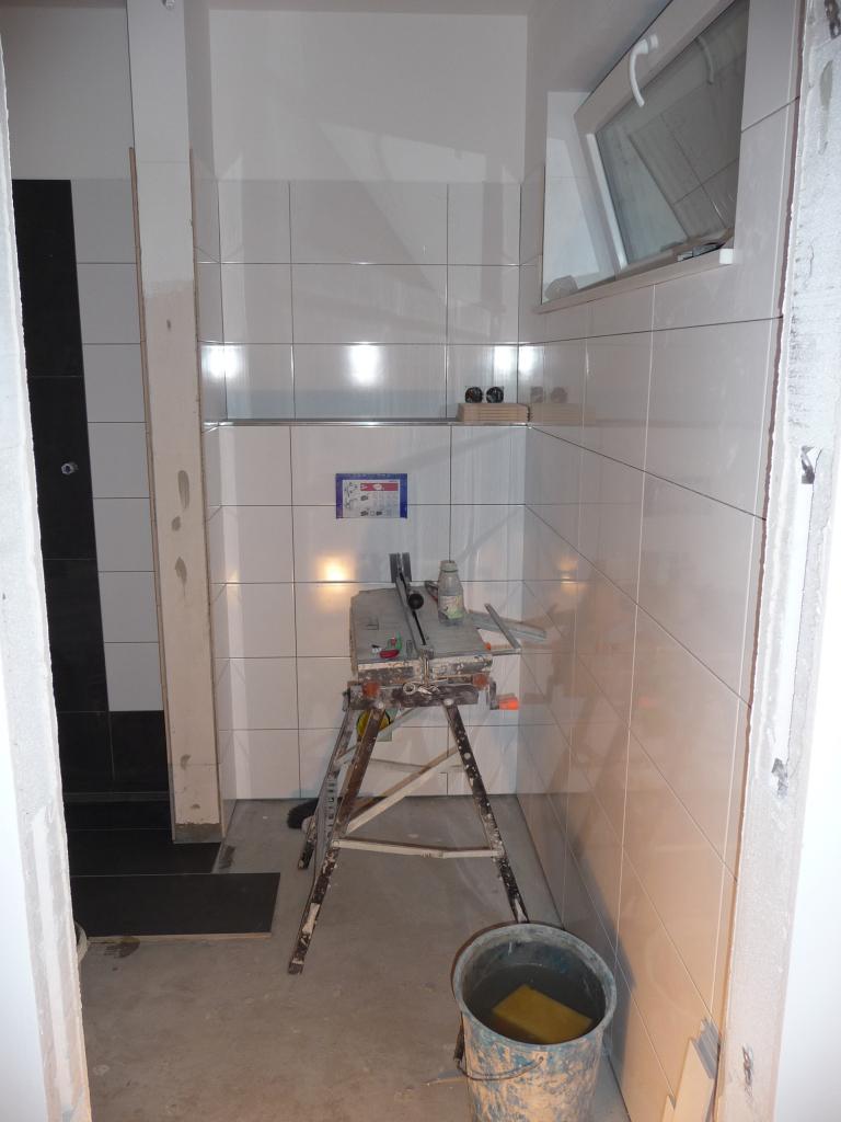 Heute wurde dann das Gäste-WC komplett 2m hoch gefliest, sieht sehr gut aus