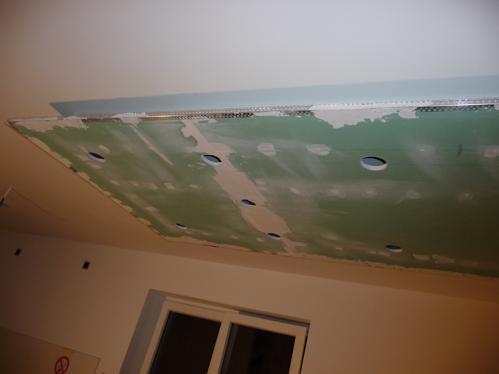 Erste Fotos von der abgehängten Decke, hier nun abgespachtelt und mit Eckschutzschienen