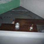Erste Fliesen und angeschlossene Badewannenanschlüsse