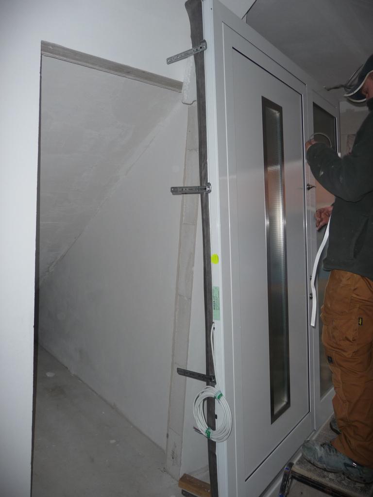 Die Tür wird vorbereitet und verbaut