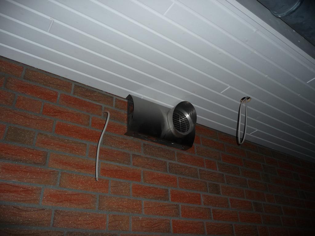 Außenblende unter dem Dachüberstand neben der Hauseingangstür auf der Nordseite