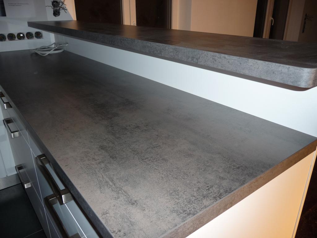 Tag 2 - die Küche steht, hier die Tresenarbeitsfläche, die Platte muss nochmal besser befestigt werden