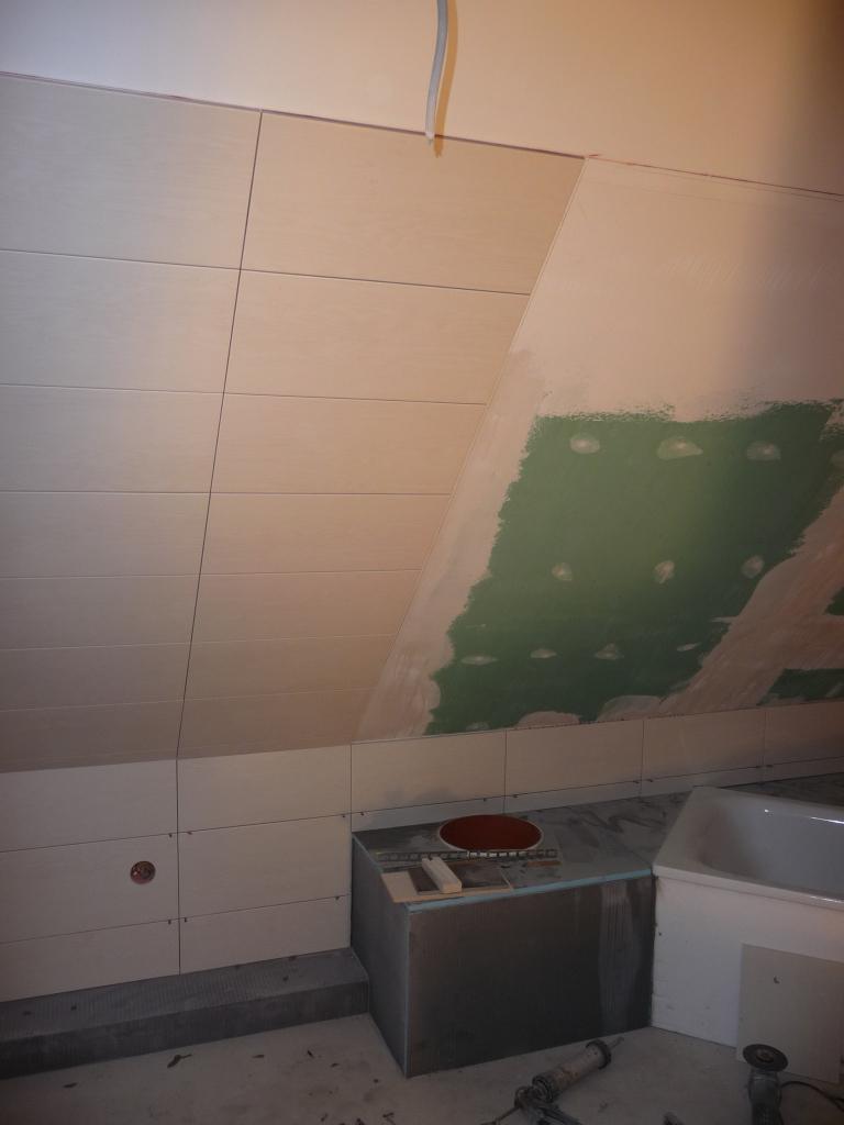 Wandfliesen in Arbeit im Bad im OG