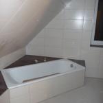 Alle Wandfliesen dran im Bad im OG (sie sind leicht grau mit Holzstruktur)